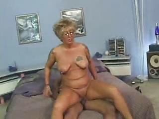 aged chick with tats bonks a black pounder
