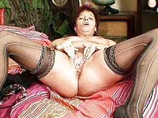mature dilettante mom squeezing her pussy muscles