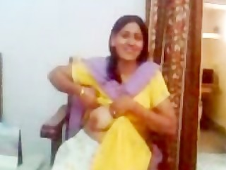 indian aunty showing her boobs